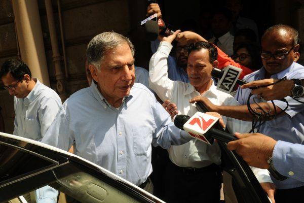 Ratan Tata, Pdg par intérim du groupe Tata après le licenciement de Cyrus Mistry, quitte Bombay House, le siège du groupe à Mumbai le 25 octobre 2016.
