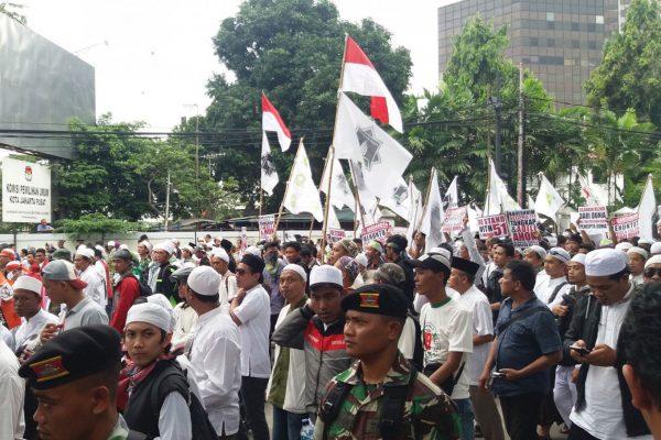 "Des milliers de personnes manifestent dans les rues de Djakarta le 14 octobre contre les propos jugés blasphématoires de l'actuel gouverneur de la capitale, Basuki ""Ahok"" Tjahaja Purnama. (Crédits : JP/Liza Yosephine). Copie d'écran du Jakarta Post, le 31 octobre 2016."
