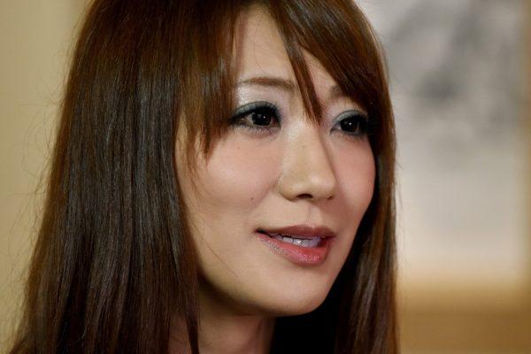 L'actrice japonaise Saki Kozai lors d'une interview à l'agence France-Presse à Tokyo le 20 juillet 2016. Elle fait partie d'un nombre croissant de femmes qui sortent de l'ombre pour dire qu'eles ont été forcées de travailler dans l'industrie du cinéma pornographique.