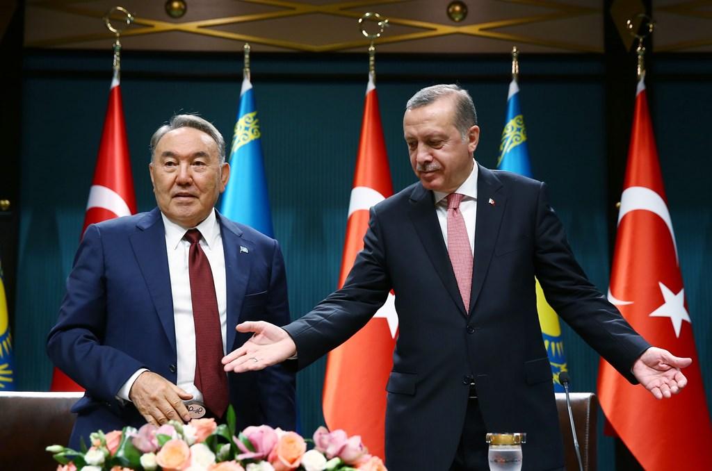 Le président kazakh Noursoultan Nazarbaïev et le président turc Recep Tayyip Erdogan lors d'une conférence de presse au complexe présidentiel à Ankara le 5 août 2016.