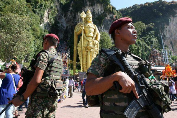 Des forces armées malaisiennes surveillent les sites touristiques, comme ici celui de Batu Caves, le 24 janvier 2016.