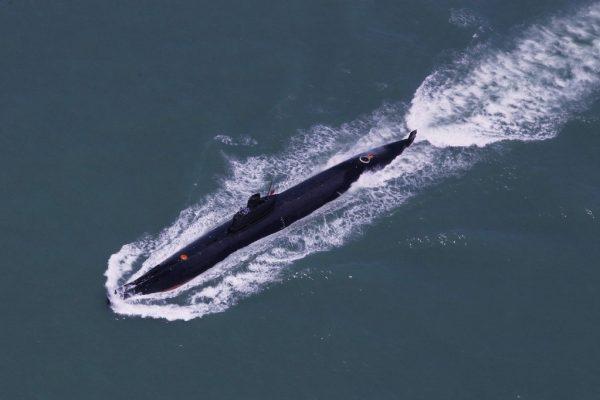 Ce cliché datant d'août 2014 montre un sous-marin de la flotte de Nanhai de l'Armée de libération populaire chinoise, en plein exercice naval en mer de Chine du Sud. (Crédits : AFP PHOTO / STR)