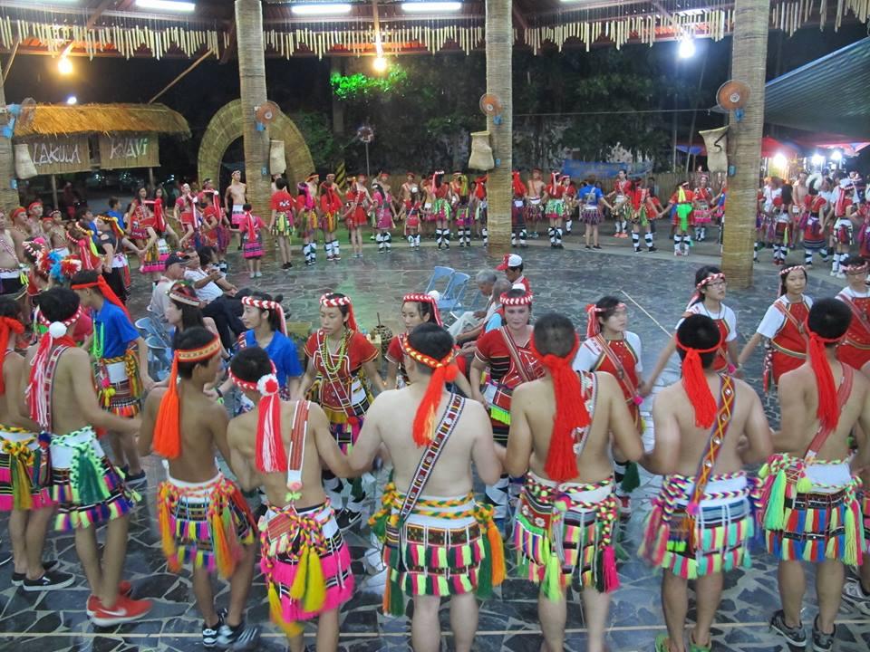 """A Sado, pendant l'""""Isilin"""", la fête des moissons, tout le village est rassemblé, y compris les jeunes qui vivent au loin."""