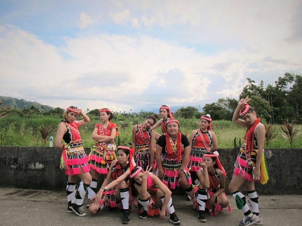 Dongi Hamu (au centre) avec ses cousines et amies, en tenue traditionnelle amis à l'occasion de la fête des moissons.