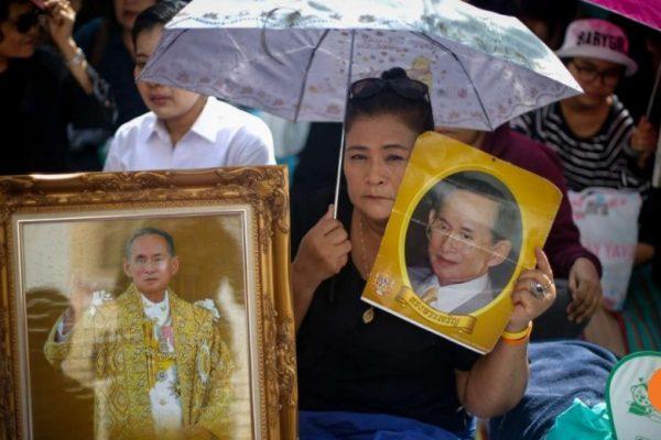 """La Thaïlande, déjà discrète sur la scène régionale depuis 2014, devrait encore plus s'effacer à la suite du décès du roi Bhumibol. Ce qui remet en cause le """"pivot"""" américain vers l'Asie. Copie d'écran du South China Morning Post, le 14 octobre 2016."""
