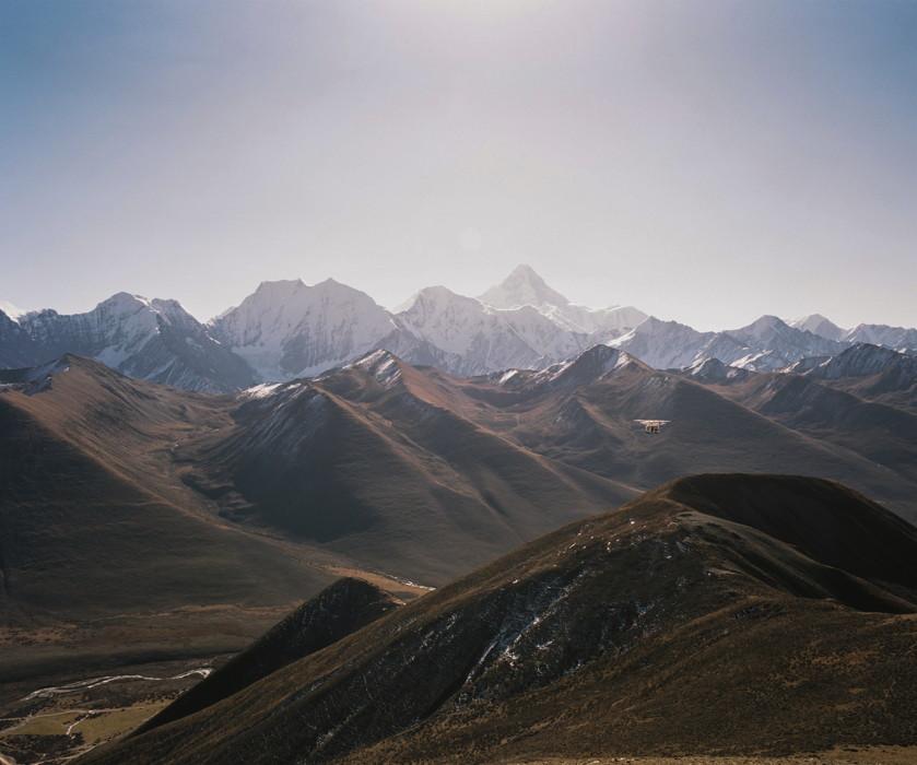 Novembre 2015. Comté de Sêrtar, Province du Sichuan, Chine. Les montagnes de l'Ouest sichuanais s'étendent à perte de vue, en route vers la ville monastique de Larung Gar. C'est le début du plateau tibétain et de la région tibétaine du Kham.