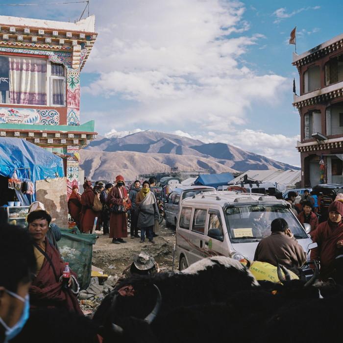 Au centre de la petite ville de Sêrtar à plus de 4 000 m d'altitude. Pendant l'assemblée annuelle du Bliss Dharma, elle se remplit de Tibétains de différentes régions voisines du Sichuan, du Qinghai, Yunnan, Tibet et Gansu.
