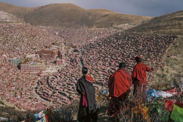 Depuis les hauteurs de la ville monastique de Larung Gar : au centre, les différents monastères d'enseignement bouddhiste œcuménique ; autour, des habitations précaires de bois et de tôle construites pour les étudiants.