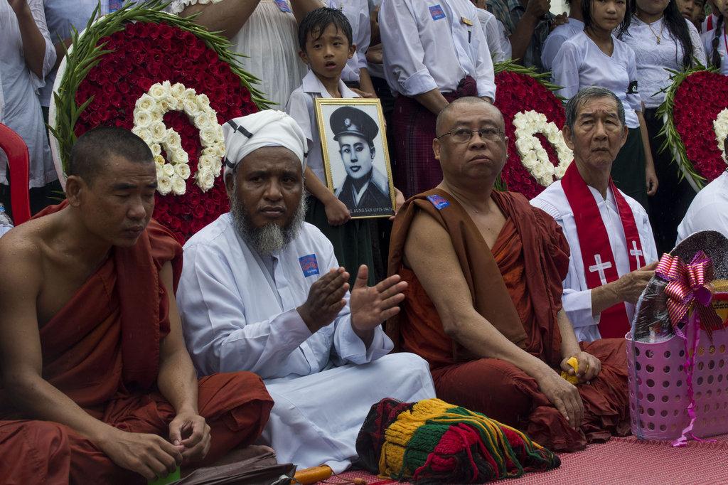 Un religieux musulman, un moine bouddhiste et un prêtre chrétien célèbrent ensemble un service inter-religieux, le 8 août 2016 à Rangoon.