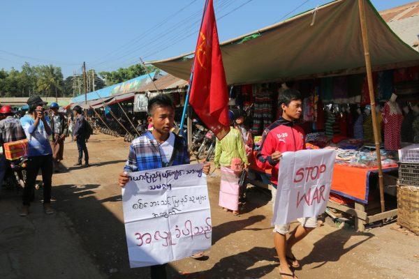 Des étudiants de l'Etat Kayah manifestent dans le marché de Loikaw contre la guerre civile dans l'Etat Shan en Birmanie.