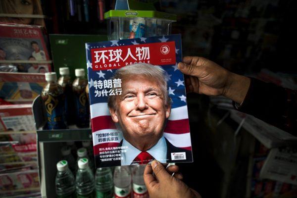 Le portrait du président-élu Donald Trump sur le magazine chinois Global People, dans un kiosque à Shanghai, le 14 novembre 2016.