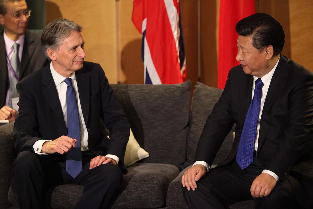 Xi Jinping en discussion avec l'actuel ministre britannique des finances Philip Hammond, lors de la visite à Londres du président chinois le 19 octobre 2015.
