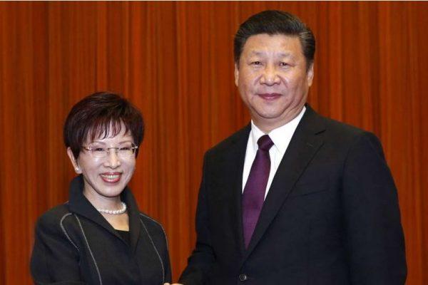 La présidente du Kuomintang Hung Hsiu-chu sert la main du secréatire général du parti communiste chinois Xi Jinping. Copie d'Ecran du South China Morning Post, le 2 novembre 2016.