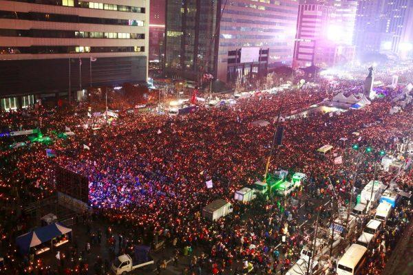 Une marée humaine a rempli les rues de Séoul le 26 novembre 2016, demandant, bougie à la main, la démission de la présidente sud-coréenne Park Geun-Hye in Seoul on November 26, 2016.