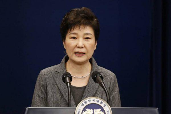 La président sud-coréenne Park Geun-hye a annonce dans un discours télévisé qu'elle remettait son sort politique entre les mains de l'assemblée nationale. (Crédit : Reuters) Copie d'écran du Japan Times, le 29 novembre 2016.