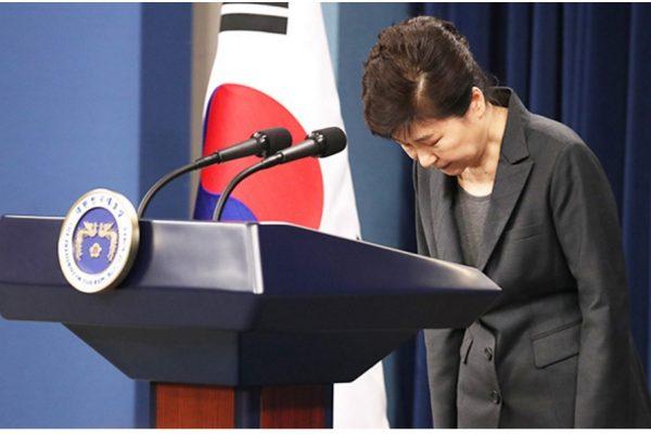 Si Park Geun-hye s'est une nouvelle fois excusée pour le scandale qui l'entache, elle ne semble pas disposée à s'écarter spontanément du pouvoir. Copie d'écran du Korea Times, le 4 novembre 2015.