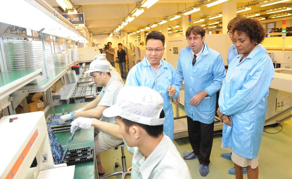 En visite au Vietnam, Michaëlle Jean, secrétaire générale de l'Organisation internationale de la Francophonie s'est rendue dans une usine de Viettel, géant local de la téléphonie mobile.