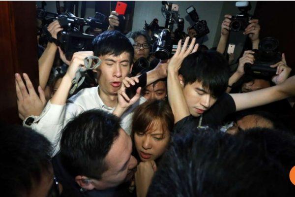 Sixtus Baggio Leung Chung-hang et Yau Wai Ching restent personae non gratae au Legco. Copie d'écran du South China Morning Post, le 2 novembre 2016.