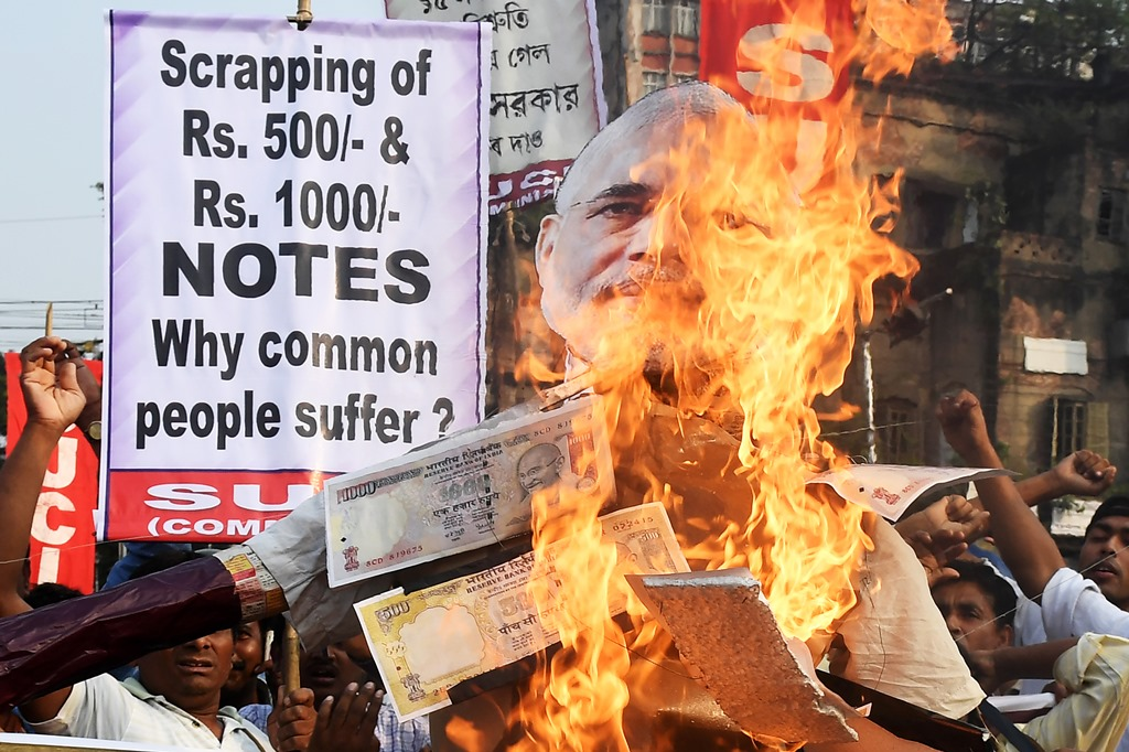 En Inde, des militants d'extrême-gauche, manifestent contre l'opération de démonétisation des billets de 500 et 1000 roupies contre l'argent noir, menée par le Premier ministre Narendra Modi, ici à Calcutta le 14 novembre 2016.