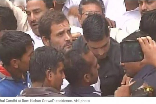 En Inde, le vice-président du parti du Congrès Rahul Gandhi a été brièvement détenu par la police et empêché de voir la famille d'un ancien militaire suicidé pour protester contre la non application de sa pension de retraite. Copie d'écran de l'Indian Express, le 3 novembre 2016.