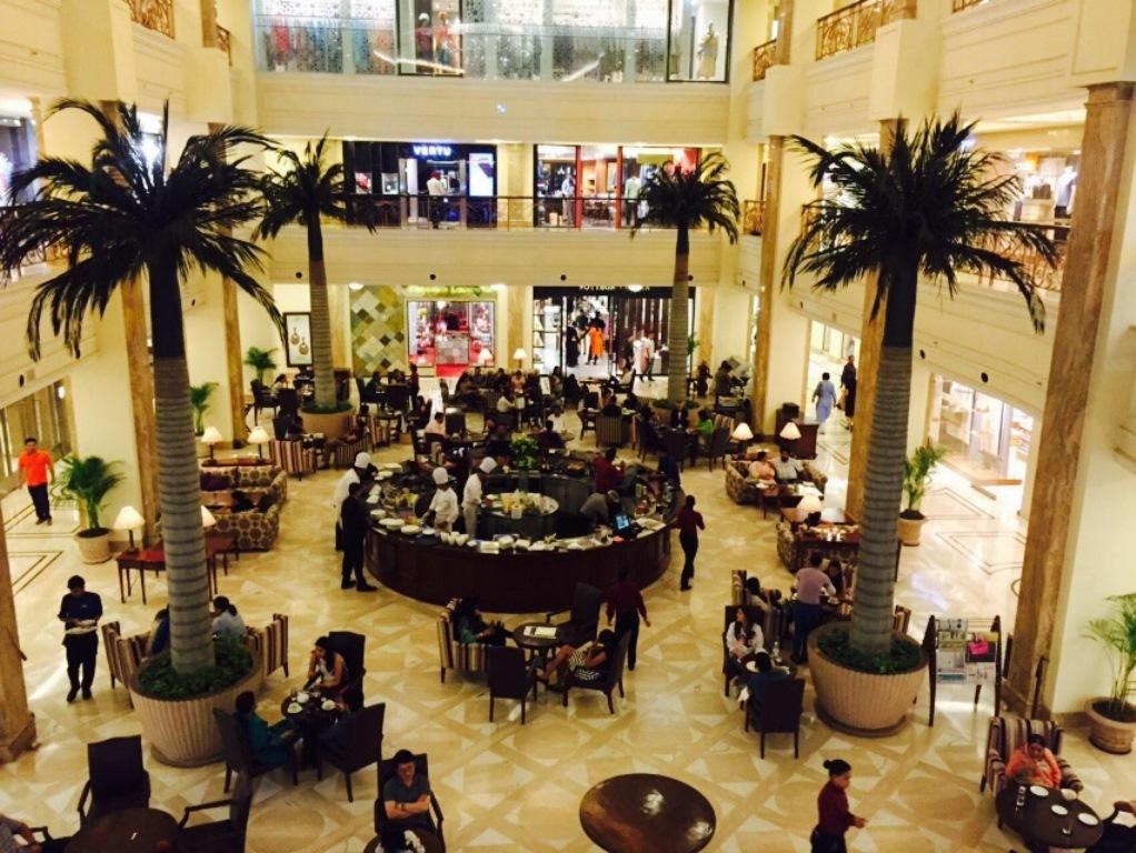 """Le """"café E"""", salon de thé à l'anglaise du DLF Emporio, un mall dédié au luxe."""