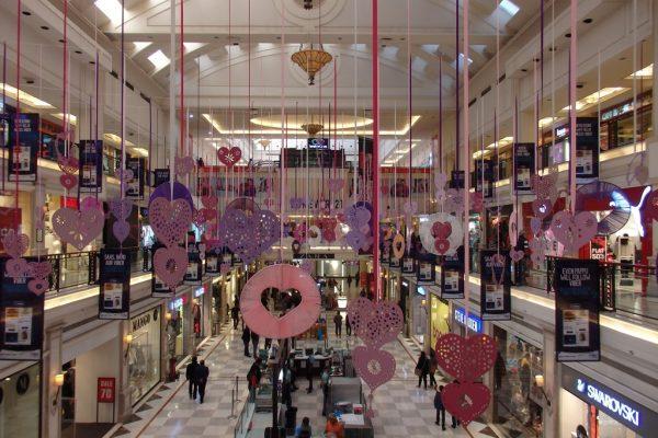 Le shopping mall DLF le jour de la Saint-Valentin, le 14 février 2015.