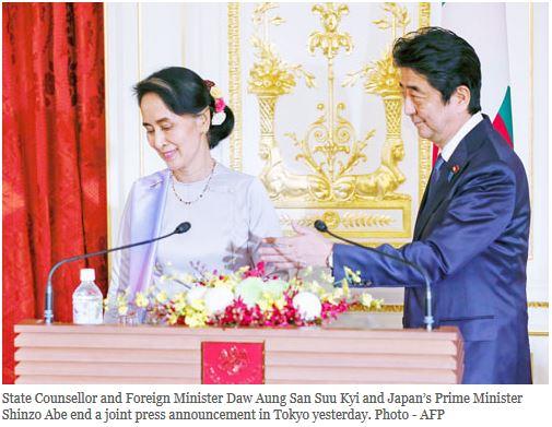 La Conseillère d'Etat et Première ministre birmane de fatco Aung San Suu Kyi en conférence de presse à Tokyo avec le Premier ministre japonais Shinzo Abe. Copie d'écran du Myanmar Times, le 3 novembre 2016.