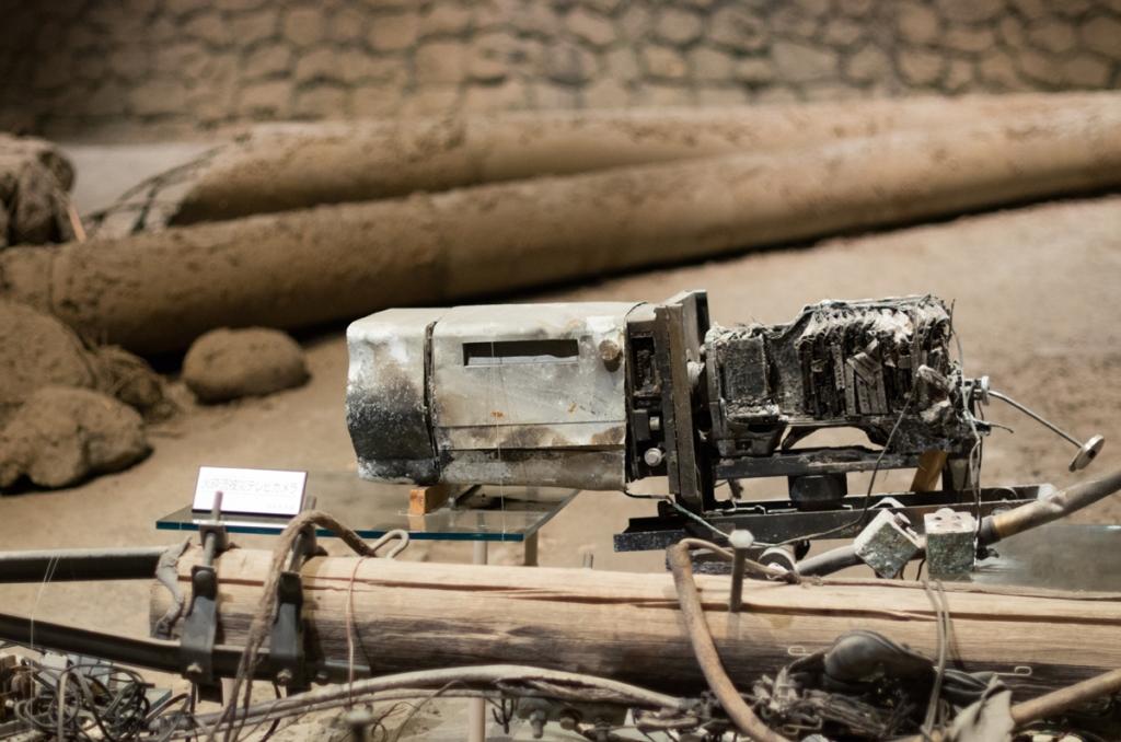 Au musée des volcans de Shimabara, ce qu'il reste d'une caméra utilisée par un des journalistes juste avant l'arrivée de la nuée ardente meurtrière du 3 juin 1991.