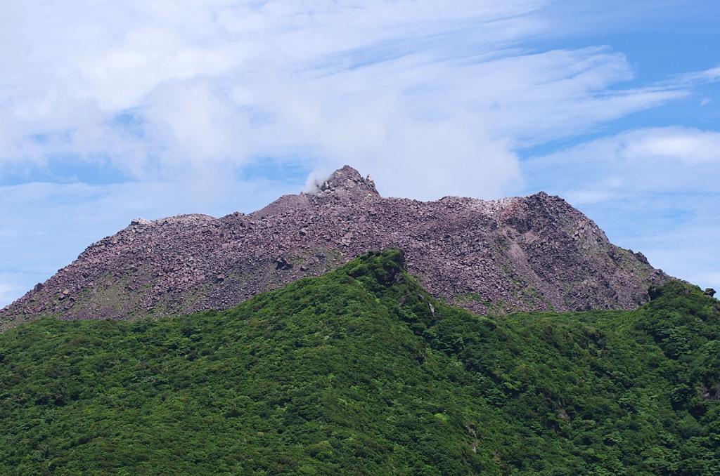 Le volcan Fugendake (premier plan) et le dôme de lave Heisei-Shinzan (arrière-plan), créé suite à la crise éruptive des années 1991-1995.