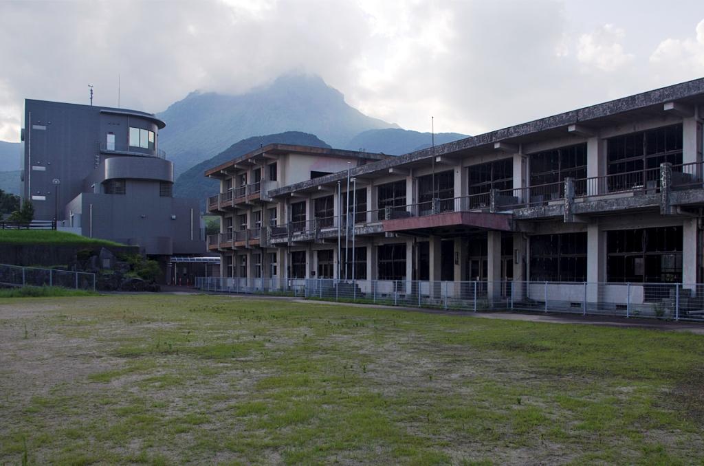 Le 15 septembre 1991, la chaleur des cendres d'une nuée ardente a touché l'école primaire Ônokoba, qui a pris feu. Le bâtiment a été conservé pour permettre aux visiteurs de se rendre compte des dégâts causés par une éruption volcanique.