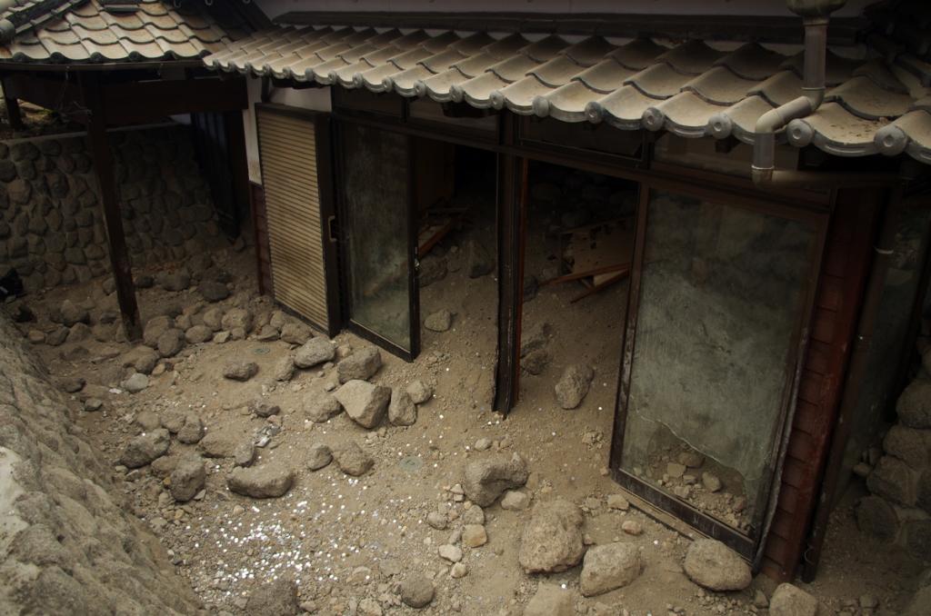 Dans le parc Mizunashi-Honjin Fukae, des maisons ensevelies dans une coulée de débris volcaniques ont été conservées dans un but pédagogique.