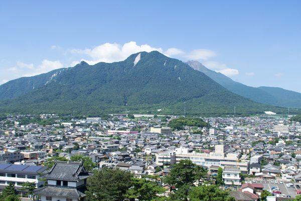 Le mont Mayuyama domine la ville de Shimabara. À l'arrière-plan, à droite, on distingue le dôme de lave Heisei-Shinzan, créé suite à la crise éruptive des années 1991-1995.