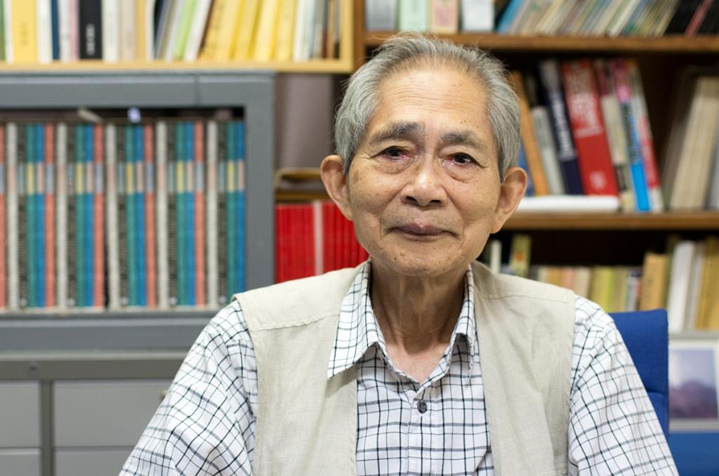 Le professeur Kazuya Ohta, géologue et volcanologue japonais, dans son bureau à l'Institut de sismologie et de volcanologie de l'université de Kyûshû, en juillet 2016.
