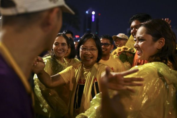 La secrétaire du mouvement anti-corruption Maria Chin Abdullah ouvrant les bras à ses supporters le 28 novembre 2016 à Kuala Lumpur, peu après sa libération.