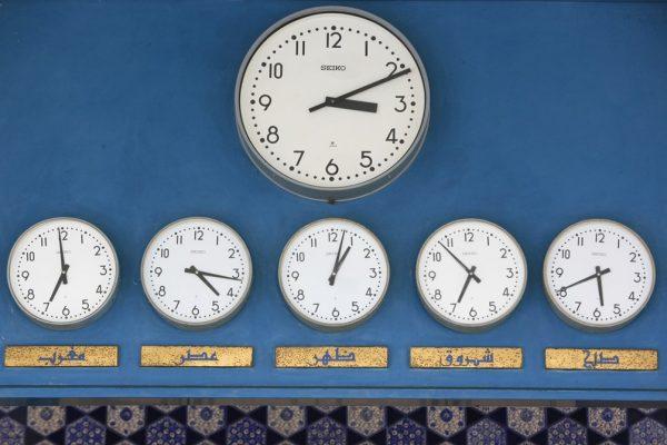 Horloges sur le mur de la mosquée Shal Halam à Selangor en Malaisie.
