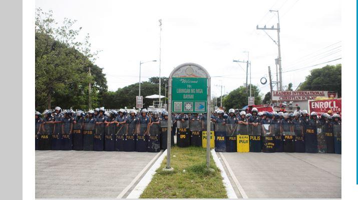 """La dépouille de l'ancien dictateur Marcos a été enterrée ce matin dans le """"cimetière des héros"""" à Manille, placé pour l'occasion sous haute protection militaire."""