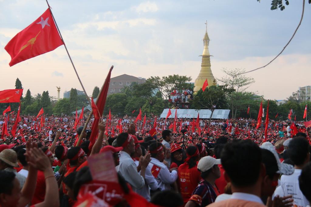 Rassemblement géant organisé par le Ligue nationale pour la démocratie d'Aung San Suu Kyi à Rangoun le 1er novembre 2015, juste avant les élections législatives remportées par la LND.