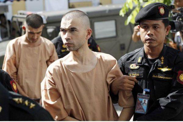 Bilal Mohammad (devant) et Mieraili Yusufu (derrière) vont enfin pouvoir être jugés pour l'attentat de Bangkok du 17 août 2015, dont ils sont les principaux suspects (Source : AP). Copie d'écran du Bangkok Post, le 15 novembre 2016.