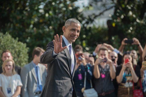 Le président américain Barack Obama salue la foule lors de son départ de la Maison Blanche pour Miami, le 20 octobre 2016.