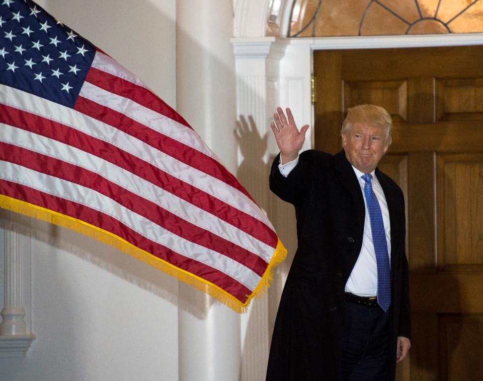 Le président-élu américain Donal Trump salue les journalistes devant le Trump National Golf Club, le 20 novembre 2016 à Bedminster, dans le New Jersey.