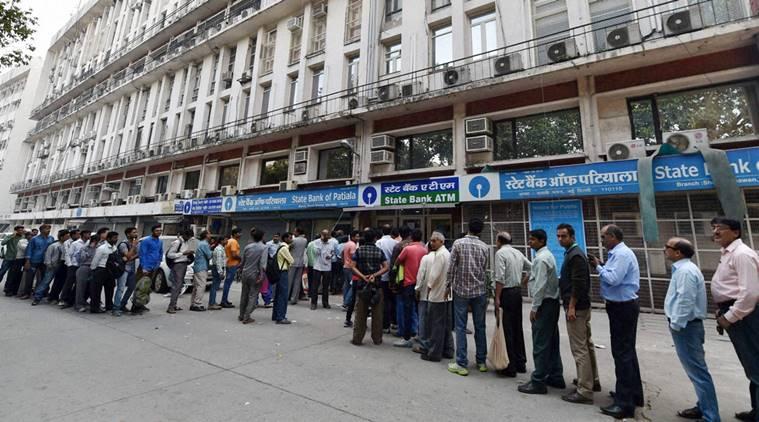 A New Delhi, files d'attente interminable pour retirer du liquide au distributeurs. (Source : PTI photo by Vijay Verma) Copie d'écran du site Indian Express, le 14 novembre 2016.