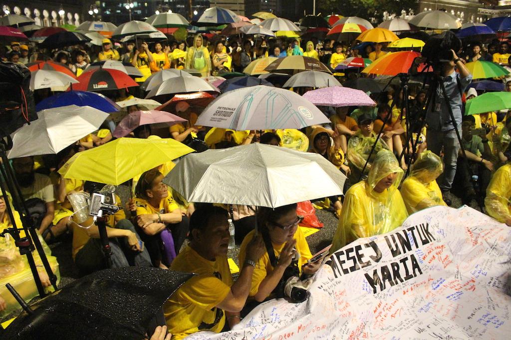 Les militants du mouvement anti-corruption Bersih dans l'attente leur leader Maria Chin Abdullah, tout juste libérée, le 28 novembre à Kuala Lumpur.