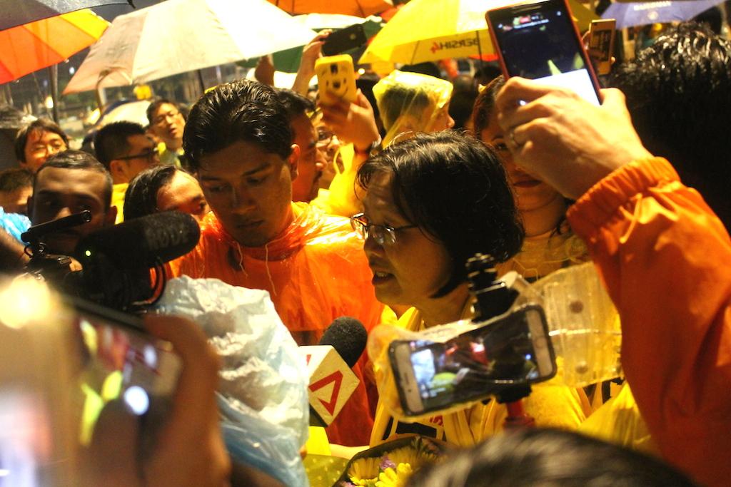 La secrétaire du mouvement anti-corruption Bersih, lors d'une conférence de presse improvisée après sa libération lundi 28 novembre à Kuala Lumpur.