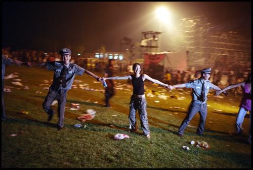 Ronde dansante avec des festivaliers et des policiers lors du festival coorganisé en 2005 à Pékin par les Transmusicales de Rennes et le Bureau des Musiques Actuelles de l'ambassade de France.