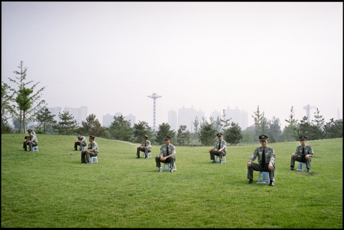 Les policiers chinois postés pour surveiller le festival coorganisé en 2005 à Pékin par les Transmusicales de Rennes et le Bureau des Musiques Actuelles de l'ambassade de France.