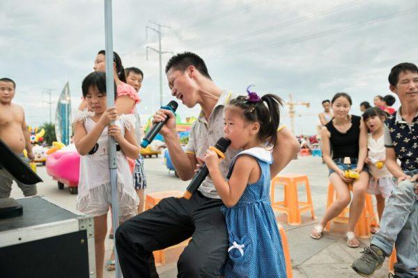 Août 2014, Karaoké ambulant sur la place de la gare à Rui'an. (Copyright : Zhang Xiaowu)