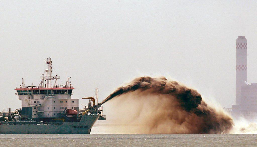 Un vnavire de dragage déverse du sable indonésien au large de Singapour, le 24 juillet 2002. (Crédit : AFP PHOTO / ROSLAN RAHMAN)