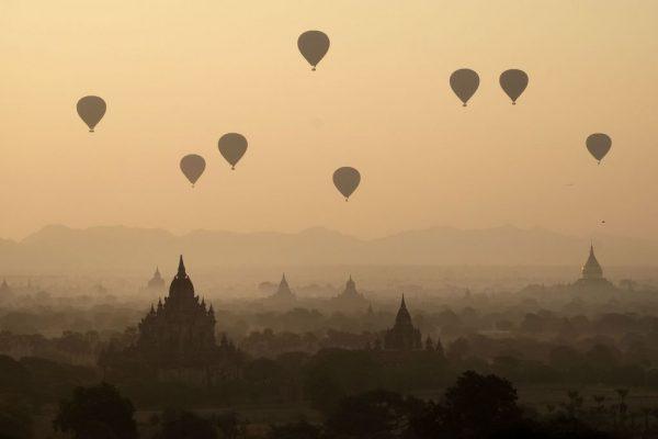 Les montgolfières s'élèvent au-dessus des temples de Bagan, en Birmanie. (Crédit : SCHROEDER Alain / hemis.fr, via AFP)