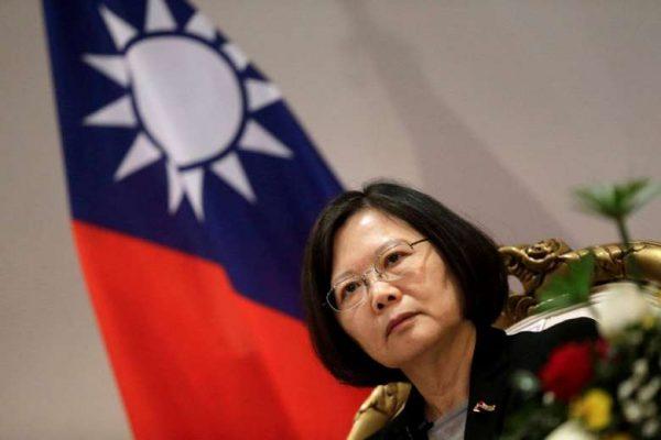 La présidente de Taïwan, Tsai Ing-wen, est dans le collimateur de Pékin depuis son coup de fil à son homologue-élu Donald Trump. Les premières menaces de la Chine populaire font surface (Crédit : REUTERS). Copie d'écran du Straits Times, le 7 décembre 2016.