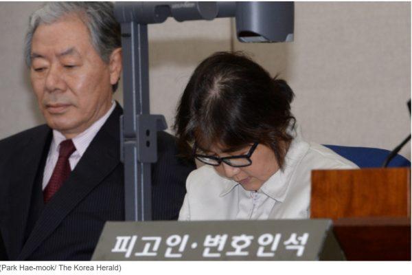 Choi Soon-sil, la confidente de la présidente sud-coréenne Park Geun-hye, a fait sa première apparition publique depuis l'éclatement du scandale impliquant les deux femmes, au mois d'octobre. Copie d'écran du Korea Herald, le 19 décembre 2016.